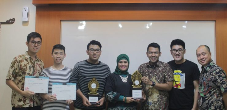 Penyerahan Piala National Rounds Philip C. Jessup International Law Moot Court Competition